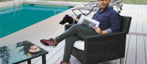 Jorge Javier en su casa con sus perros.