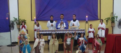 Padre Marcos acolheu os coordenadores com suas respectivas imagens