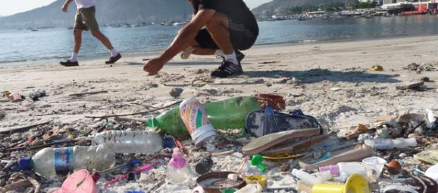 Contaminación del mar ocasionada por basuras plásticas.