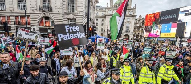 Palestinian protesters demand equal rights on London march | Daily ... - dailymail.co.uk