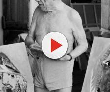 Pablo Picasso nel suo studio, con alcune opere