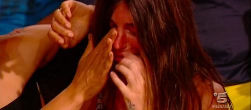 Isola, Bianca Atzei scoppia in lacrime: tutti i naufraghi contro di lei