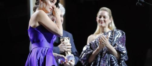 Penélope Cruz, emocionada, recibe el César de Honor 2017 de Marion Cotillard y Pedro Almodóvar.