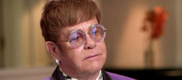 Elton John ha interrotto il concerto a causa di un fan