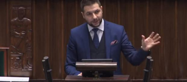 Patryk Jaki podczas swojego wystąpienia w Sejmie.
