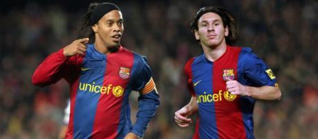 Ronaldinho Gaúcho e Messi atuaram juntos no Barça. (foto reprodução).