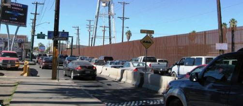 Cars lined up waiting to exit México, and enter Calexico, California (Image credit – Thelmadatter, Wikimedia Commons)