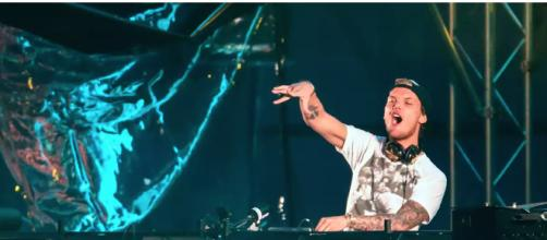 Dj Avicii durante una sua performance in Svezia