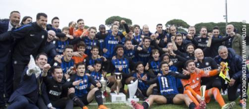 L'Inter Primavera in posa dopo aver conquistato la Viareggio Cup - fonte: tgregione.it