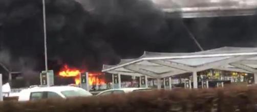 Os passageiros do aeroporto de Stanstead tomaram um susto quando as labaredas tomaram conta da entrada do prédio. ( Reprodução Twitter)