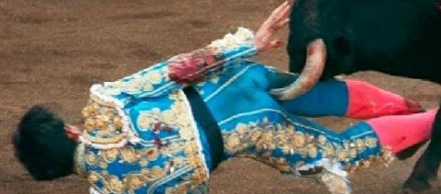 Corrida insanguinata ad Ardes, salvi matador e toro (Fonte: JESUCRISTO SUPER ESTAFA – Youtube)