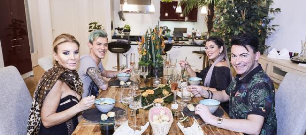 Dschungelcamp beim Dinner: Tatjana Gsell, Daniele Negroni, Jenny Frankhauser und Matthias Mangiapane (v.l.) - Foto: MG RTL D / Severin Schweiger