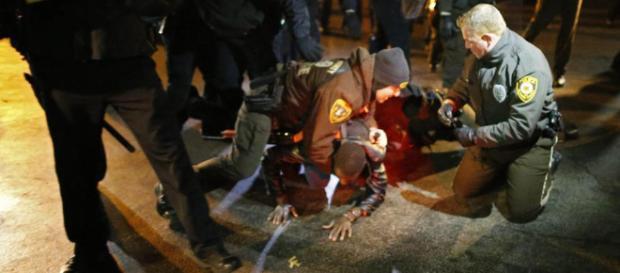 New York, agente uccide un nero disarmato La polizia: tragico ... - lastampa.it