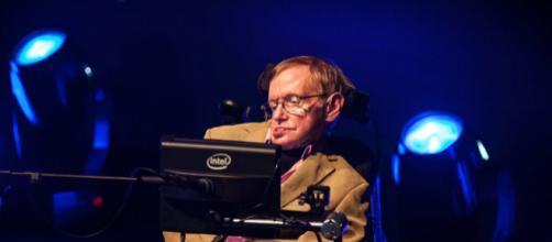 ruas da cidade de Cambridge foram tomadas por milhares de pessoas que acompanharam o funeral de Stephen Hawking