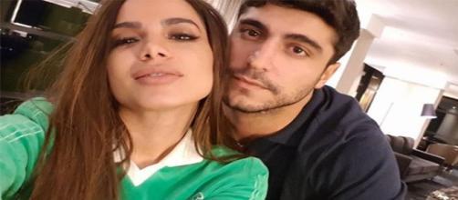 Anitta ao lado do marido Thiago Magalhães