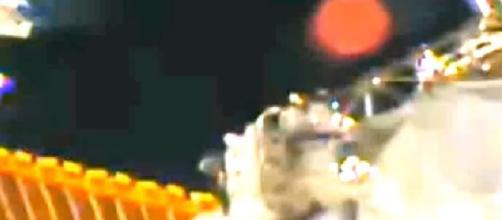 Bola avermelhada vista próxima a Estação Espacial.
