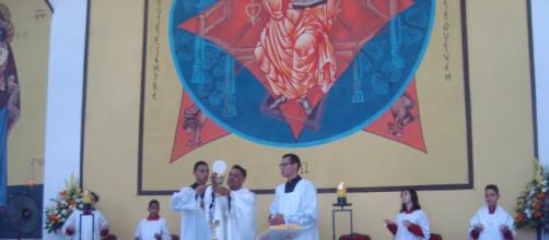 Vestindo branco, padre Marcos celebrou com alegria a Ressurreição de Cristo. (Lourdes de Oliveira)