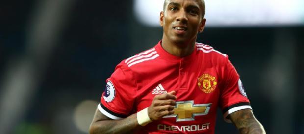 Ashley Young espera tener la oportunidad de retirarse como jugador del Manchester United