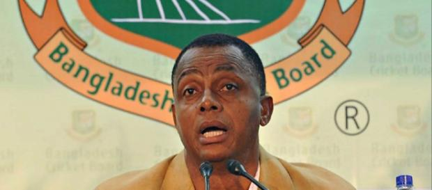 Courtney Walsh as Bangla coach (Image via BCTigers/Twitter)
