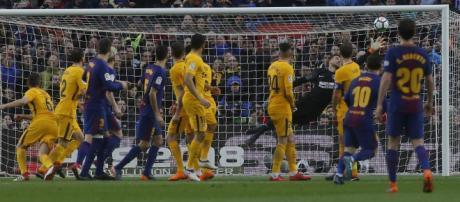 Lionel Messi se anota el gol ante el Atlético de Madrid a pesar del salto de Diego Costa en la pared.