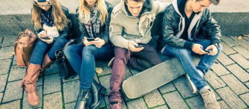 Adolescentes adictos al celular | La Opinión - laopinion.com