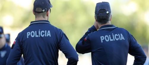 Agente da PSP de folga auxilia colega fardado numa detenção e acaba ferido