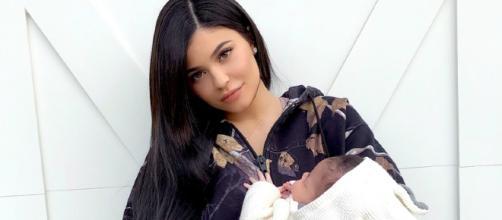 kylie jenner sube foto con su pequeña en brazos