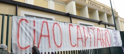 "Una pancarta gigante que dice ""Capitán Ciao"""