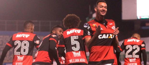 Atletas comemorando gol do Mengão