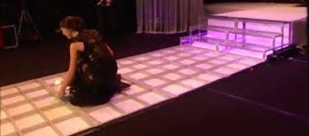 Cecilia Rodriguez cade rovinosamente sul palco.