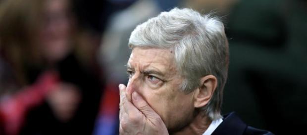 Wenger parece abatido por su fanaticada