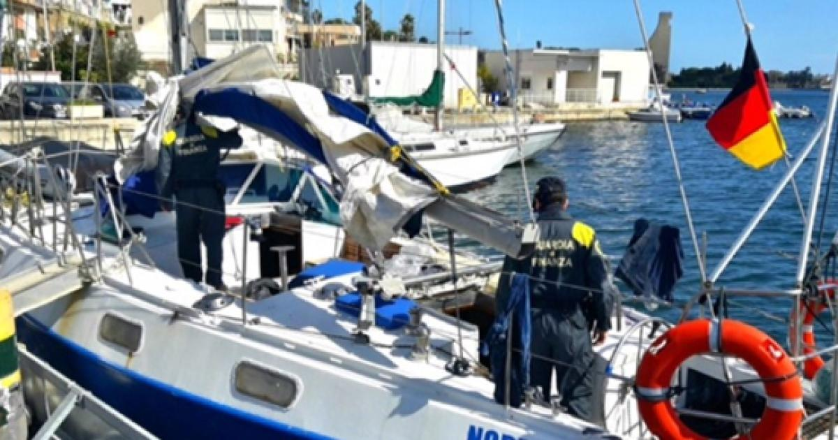 Batte bandiera tedesca la barca a vela con 48 clandestini nelle cabine di bordo