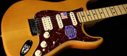 Fender American Deluxe Stratocaster HSS Amber | Gino Guitars - ginoguitars.com