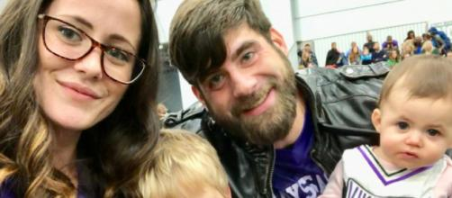 Jenelle Evans and David Eason pose with their kids. [Photo via Facebook]