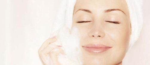 Limpiar tu rostro es ideal para lucir una piel tersa. - estherpalma.com