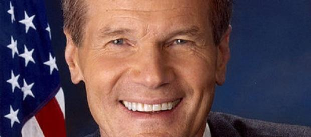 Bill Nelson caught being a politician [image courtesy United States Senate]
