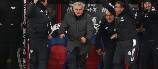 José Mourinho se apresuró a disculparse después de arrancar una botella en la multitud