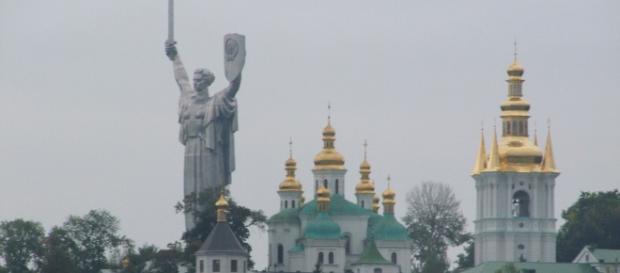 Monumento da Mãe Pátria no meio de Igrejas Ortodoxas