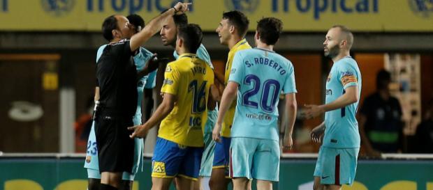 Sergio Busquets del Barcelona protesta con el árbitro Antonio Lahoz después de que a Las Palmas se le otorga un penal.