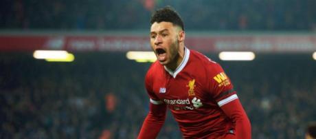 Alex Oxlade-Chamberlain corre más allá del Newcastle durante la victoria del Liverpool por 2-0 el sábado