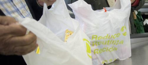 Competencia pide un impuesto para las bolsas de plástico en lugar ... - elpais.com