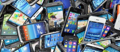 Fondo De Los Teléfonos Móviles Pila De Diversos Smartphones ... - dreamstime.com