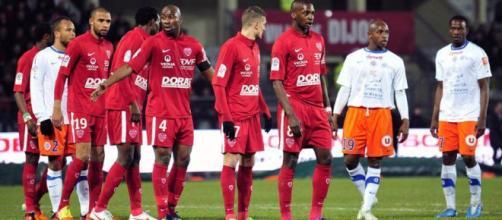 Júlio Tavares, a la izquierda, celebra después de anotar el gol de apertura de Dijon contra Saint-Étienne