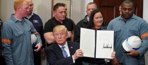 Trump al momento della firma del documento ufficiale sui dazi doganali