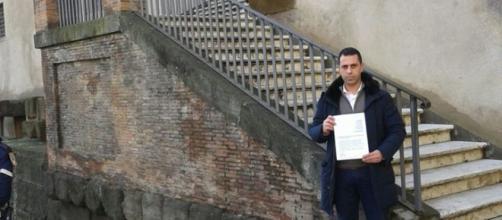 Alessandro Montanari, dell'Associazione Fare XIV, presenta in Campidoglio un documento che richiede un intervento immediato sulle strade