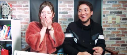 Hiro, do canal AquiPode, entrevista a japonesa Hanon Hinana, atriz de filmes adultos.(foto reprodução)