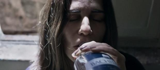 Beth tenta beber perfume em ''O Outro Lado do Paraíso'' (Divulgação/TV Globo)
