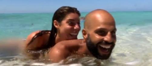 Isola bollente: Bianca Atzei e Jonathan fanno il bagno nudi