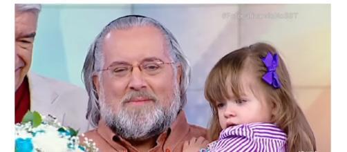 O apresentador Leão Lobo e sua neta, Laura (Foto: Reprodução/SBT)