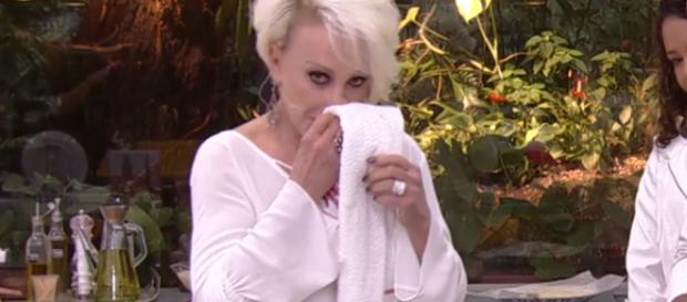 Ana Maria foi pega em flagrante limpando o nariz (Foto: Reprodução)